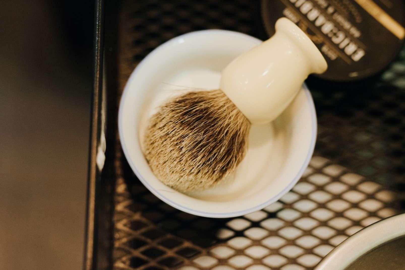 Eric:Barbier Haircut & Shave Hamburg brush
