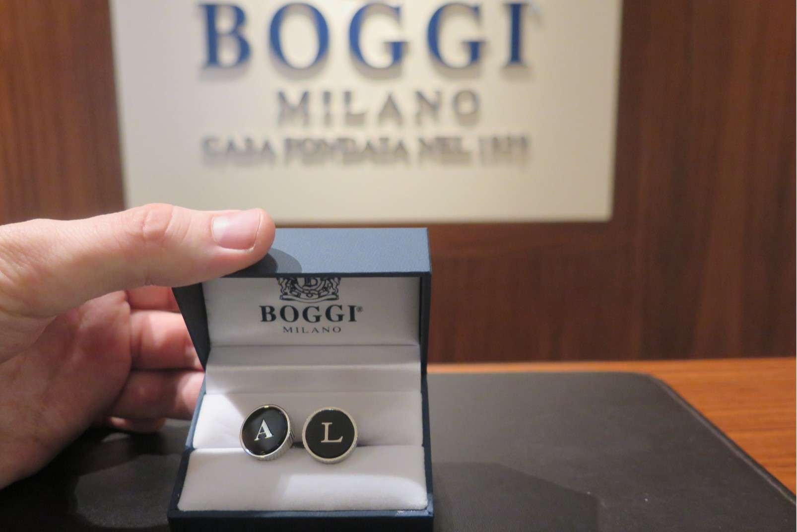 Il pilota della squadra Pata Yamaha WorldSBK Alex Lowes fa acquisti nello store Boggi Milano di Bologna.