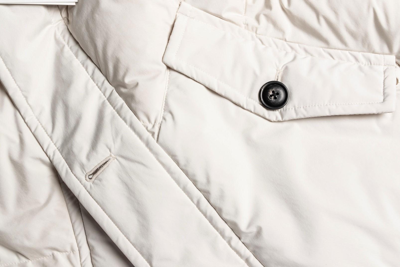 Parka bianco dettaglio tasca e bottoni