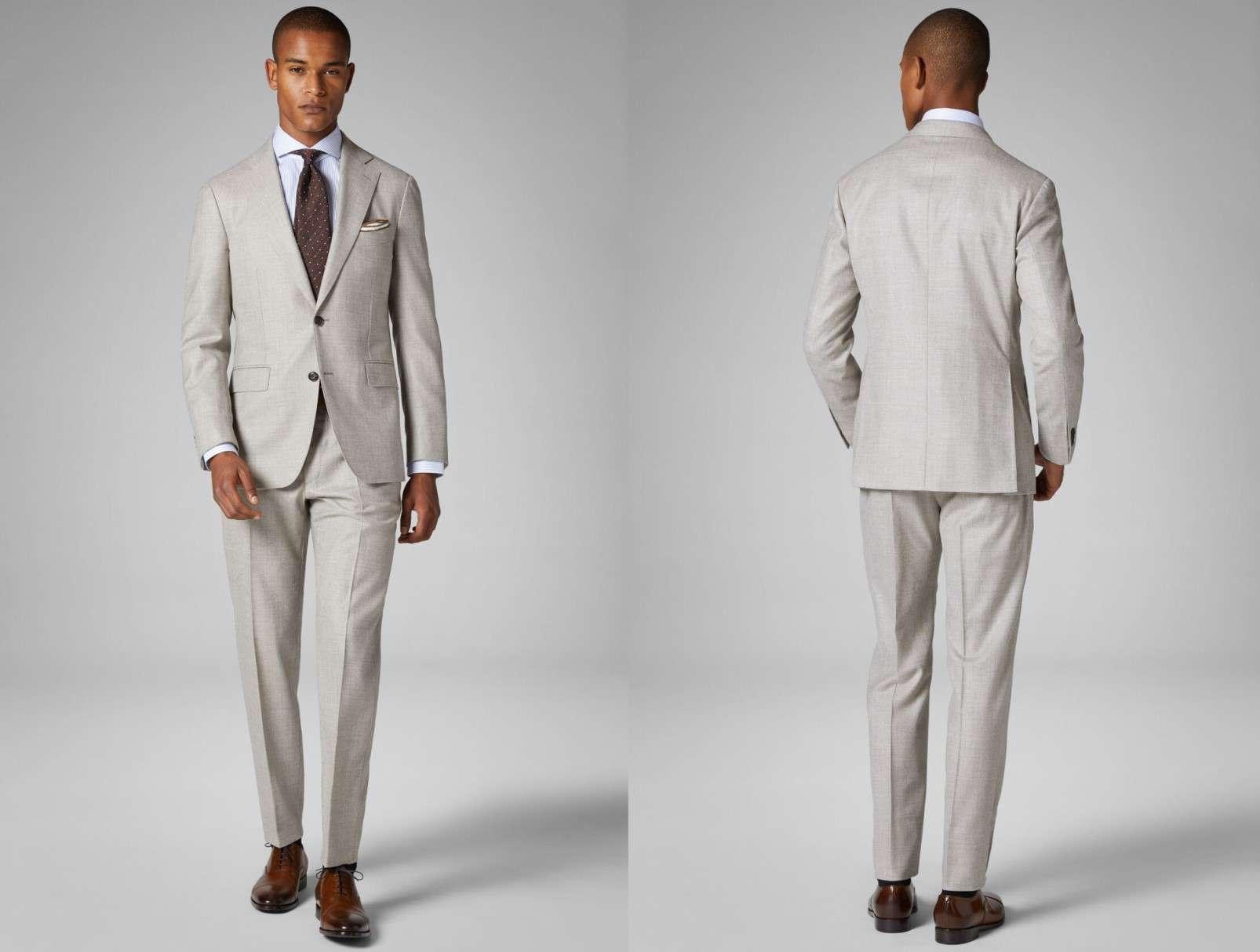 abito grigio con scarpe marroni