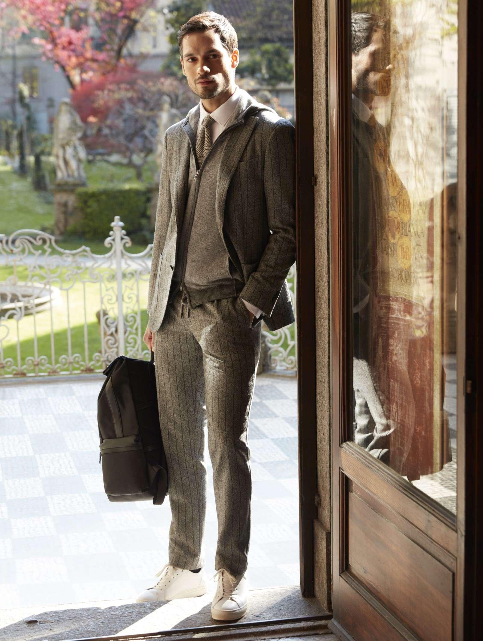 scarpe sportive sotto vestito elegante uomo